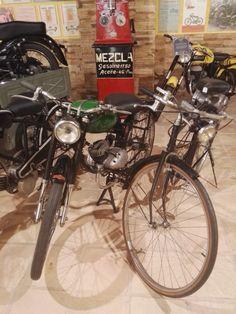 Museo Sala Team - Motocicleta Echasa de 60cc (la del depósito verde), fabricada en Eibar en 1957 por la empresa de armamento Arizmendi.