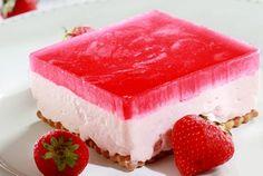 Φραουλογλυκό ψυγείου με γιαούρτι και ζελέ! Βάση από πτι μπερ, πλούσια κρέμα βανίλιας με άρωμα φράουλας και ζελέ με άρωμα φράουλας. Μια εύκολη συνταγή για έ