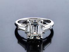 Ringweite: 56. Gewicht: ca. 5,7 g. Platin. Ein Diamantzertifikat von HRD Nr. 11005139003 vom Februar 2011 liegt vor. Klassisch-schöner Ring mit zentralem...