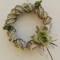 Ghirlanda realizzata con carta di giornale.  I Desideri di Azel. Vintage Wreath, Fall Wreaths, Grapevine Wreath, Vintage Christmas, Paper Art, Weaving, Creative, Newspaper, Felt Wreath