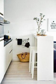 Wer eine kleine Wohnungen einrichten will, holt sich am besten Möbel, die multitasking-fähig sind. Wir lieben den schmalen Hochtisch, der die Küche nicht nur optisch vom Rest der Wohnung abgrenzt, sondern auch als Arbeitsplatte dient und gleichzeitig eine