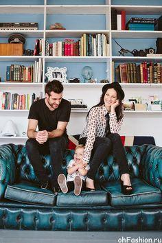 Идеи семейного фото. Мэтт Боуэн - семья с ребенком на диване