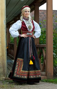 BUNADER - OSLO tredje bunad Norwegian Clothing, Folk Costume, Doll Clothes Patterns, Ethnic Fashion, Beautiful People, Amazing People, Traditional Dresses, Folklore, Oslo