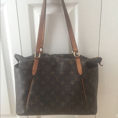 100 % Authentic Louis Vuitton Totally MM purse Large and practical. Love the pockets on both sides. I bought this bag at Sacks in Chicago in 2010. Great condition. Made in USA. Louis Vuitton Bags Shoulder Bags