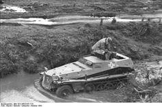 Oktober 1941 Sowjetunion.- Leichter gepanzerter Beobachtungskraftwagen (Sd.Kfz. 253) in einem Fluss fahrend