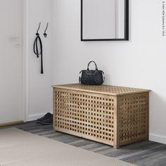 HOL stol napravljen je od punog drva, što ga čini izdržljivim. Za višak stvari tu je i praktičan prostor za odlaganje ispod ploče stola. www.IKEA.hr/HOL_stol