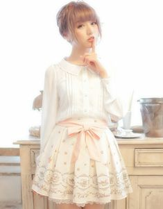 Cute, sweet gyaru: Off white blouse. Light pink skirt with pattern and bow.