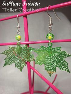 Aretes Hoja canadiense verde  Materiales: Herrajes hoja de aluminio, cuentas de vidrio  Valor: $6.000