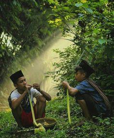 Kulit ketupat. Kids Photography Boys, Peaceful Life, We Are The World, Happy Kids, Landscape Paintings, Muslim, Photo Editing, Around The Worlds, Javanese