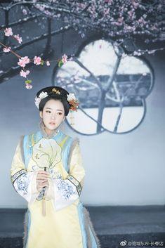 微博 Traditional Chinese, Traditional Dresses, Chinese Clothing, Qing Dynasty, Chinese Culture, Hanfu, Asian Art, Snow White, Hair Beauty