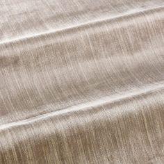 Der glänzende, elegante und kostbare Seidenvelours Romeo & Giulietta, neu aufgelegt in einer Chiné Version. Die feine Musterung entsteht in einem ausgeklügelten handwerklichen Verfahren: das Seidengarn wird bündelweise in drei verschiedenen Nuancen eingefärbt und so verwebt, dass auf der Oberfläche gewollt ungleichmäßige Farbverläufe entstehen.