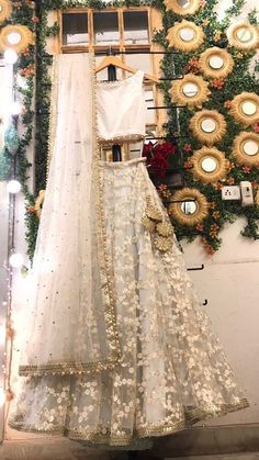 Off White bestickte Hochzeit Lehenga Braut Lengha Choli indische Braut indische … Off white embroidered wedding lehenga bridal lengha choli indian bride indian wedding dress white wedding dress flared lehenga skirt Off White Wedding Dresses, Indian Wedding Outfits, Bridal Outfits, Bridal Dresses, Wedding White, Indian Weddings, Gothic Wedding, Dress Wedding, Indian White Wedding Dress