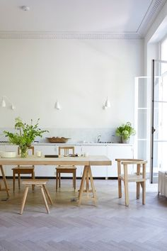 Minimal white kitchen with Kitchen Dining Table - Fashion designer Anna Valentine's bright modern London flat, restored with the same air of easy elegance as her clothing line - real homes on HOUSE by House & Garden Kitchen Cabinet Design, Kitchen Interior, Kitchen Storage, Interior Desing, Piece A Vivre, Dining Table In Kitchen, Dining Tables, Kitchen Colors, Kitchen Ideas