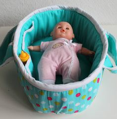 Make it Cozee: Tutorial: Baby Doll Bed Mózeskosár Baby Doll Bed, Doll Beds, Baby Doll Clothes, Baby Dolls, Love Sewing, Sewing For Kids, Doll Carrier, Sewing Dolls, Bitty Baby