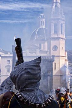Fiestas de moros y cristianos de Alcoy. Valencia, Spain. Preparado para disparar | by Foto Pau