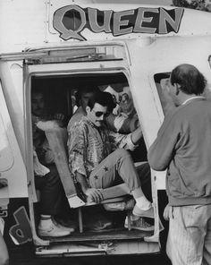 Freddie Mercury arriva in elicottero al Knebworth Festival, nel 1986