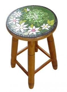 Material: Banco em madeira, azulejos, pastilhas de vidro. Envernizado ou pintado. Medida: 27 x 47cm