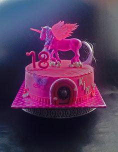 Eenhoorn taart met plastic topper, broche van Karen Davies en sweet lace vlinder. Unicorn cake with Karen Davies broche and sweet lace butterfly