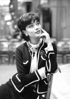 Chanel 1958 | Trang phục tnh tế của chanel - với gam màu đen trắng chủ đạo hết sức sang trọng