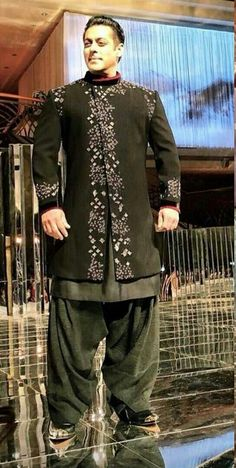 Indian Men Fashion, Mens Fashion, Mens Traditional Wear, Indian Groom Wear, Indian Man, Jeans And Sneakers, Sherwani, Kurta Designs, Movie Photo