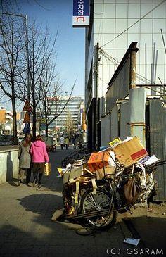 그사람 @그사람 / 2004년에는 홍대입구 역의 롯데시네마 건물 자리에 고물상이 있었다. 그게 불과 10년 전. / #골목 #짐 / 서울 마포 서교 / 2013 12 14 /