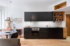 Tyylikäs musta keittiö puisilla yksityiskohdilla