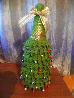 новогодняя одежда для бутылки шампанского Christmas Time, Christmas Bulbs, Wine Bottle Covers, Crochet Cozy, Xmas Ornaments, Pottery Vase, Decorative Items, Holiday Decor, Pattern