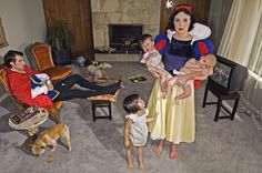 A brilliant project by photographer Dina Goldstein, a photo series called 'Fallen princesses', telling us there are no happy endings in real, modern life. Snow White raises kids in a boring life, Rapunzel has cancer while Ariel is exhibited in aquariums. Dina Goldstein, Serie Fallen, Walt Disney, Tableaux Vivants, Wtf Fun Facts, Photo Series, Princesas Disney, Happy Endings, Held
