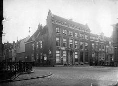 Gezicht op de voor- en zijgevel van het huis Drift 7 te Utrecht, vanaf het Janskerkhof; links de ingang van de Nobelstraat. Drift 7 is in 1925 gesloopt voor de verbreding van de Nobelstraat.