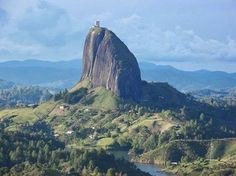 ¿Sabías que la Piedra del Peñol o la Piedra de Guatapé está compuesta por cuarzo, feldespato y mica? Pesa 600 millones de Toneladas y tiene una altura 2137 m sobre el nivel del mar.