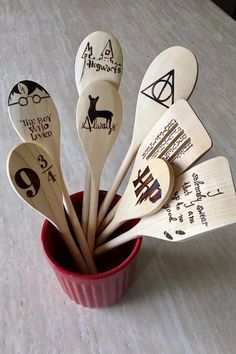 Bewitching Harry Potter Gifts for Fans of All Ages 20 Best Harry Pott. Bewitching Harry Potter Gifts for Fans of All Ages 20 Best Harry Potter Gift Ideas for Her - Unique Present f. Colar Do Harry Potter, Décoration Harry Potter, Harry Potter Birthday, Harry Harry, Harry Potter Crafts Diy, Harry Potter Bathroom Ideas, Harry Potter Things, Harry Potter Navidad, Harry Potter Weihnachten