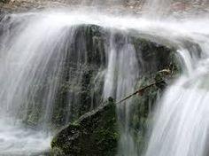 karsztvíz: Mészkőhegységek belsejében gyűlik össze és forrásként tör a felszínre.
