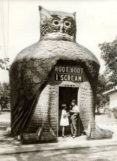"mothgirlwings: ""mothgirlwings: "" Children enjoying ice cream at the Hoot Hoot I Scream hut in Los Angeles, CA - c. The head rotated; the eyes, made from Buick headlamps, blinked; the sign: Hoot. Illustration Photo, Illustrations, Vintage Magazine, Unusual Buildings, Modern Buildings, Photo Vintage, Vintage Owl, Vintage Kids, Vintage Stuff"