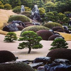 un conçu comme un tableau vivant. Adachi Museum Of Art, Tableaux Vivants, Zen Rock Garden, Garden Waterfall, Japanese Art, Japanese Gardens, Amazing Gardens, Garden Design, Around The Worlds