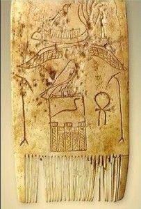 peine egipcio del 2900 aC.- peine egipcio de marfil de hipopótamo-El primer uso del peine se remonta a 5000 años atrás. De hecho, los arqueólogos han encontrado las versiones primitivas del peine a través de la historia. Ya en el año 5500 a. C., los antiguos egipcios tallaban peines entre algunas de las culturas emergentes.El peine, surgió en la prehistoria, seguramente para desparasitar el pelo. Una función que se ha mantenido a lo largo de los siglos y que comparte con la de ordenar el…