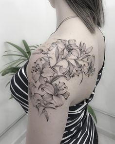Small Henna Tattoos, Henna Tattoo Designs, Flower Tattoos, Tattoo Ideas, Henna Neck, Back Henna, Arm Sleeve Tattoos For Women, Cute Henna, Henna Nails