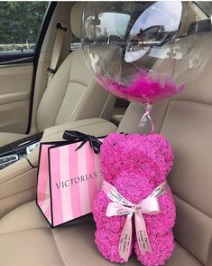 Bear made of pink roses with a ballon and Victoria's Secret gift. Cute Gifts, Diy Gifts, Birthday Goals, Luxury Flowers, Friends Fashion, Flower Boxes, Gift Flowers, Valentine Gifts, Girly