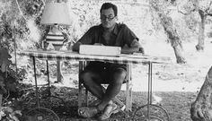 Patrick Leigh Fermor, escribiendo en su casa del Peloponeso.