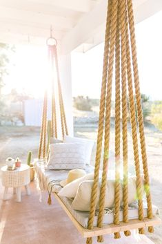 Incredible outdoor spaces that you need to know - .- Unglaubliche Lebensräume im Freien, die Sie kennen müssen – Vintage Threshold -Unbelievable Outdoor Living Spaces You Need to Know – Vintage Threshold- - Diy Home Decor, Room Decor, Porch Swing, Diy Swing, Rope Swing, Front Porch, Hanging Chair, Hanging Beds, Diy Hanging