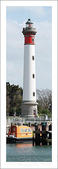 Manche - Phare de Ouistreham (Calvados) - Coordonnées 49°16′48″N  / 0°14′52″O - Feux : Blanc 1 occ., 4 s. Secteurs blanc et rouge