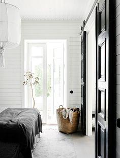 Post: La casa minimalista de una estilista de interiores nórdica --> casa minimalista, cocina abierta nórdica, diseño exterior, estilista de interiores nórdica, estilismo interiores, Estilo minimalista, estilo nórdico moderno, interiores modernos, terrazas, home decor, interior design, interiors inspiration Home Bedroom, Bedroom Decor, Bedrooms, Pella Hedeby, Estilo Colonial, Interior Minimalista, Deco Design, Scandinavian Home, Elle Decor