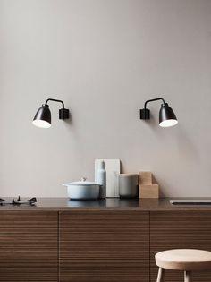 Vägglampan Caravaggio Wall från Lightyears lämpar sig väl på en rad platser i det hem, exempelvis i vardagsrummet, i läshörnan, i korridoren eller som sänglampa. Finns i matt vit och matt svart lackering. Caravaggio Wall levereras med två olika väggmontage; ett för väggfast montage och ett för montage med synlig sladd.