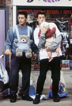 Still of Matt LeBlanc and Matthew Perry in Friends forgotten how cute they looked in that episode! Friends 1994, Serie Friends, Friends Cast, Friends Moments, Friends Show, Friends Forever, Best Friends, Chandler Friends, Funny Friends