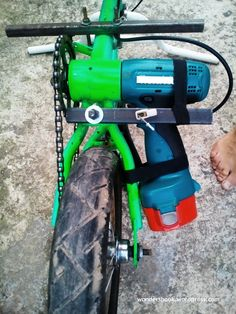 Using an old bike and cordless drill. Pojazd Elektryczny Rower Elektryczny Ćwiczenia Na Trening Silniki Rowery Hulajnoga Bricolage Kampery New Electric Bike, Electric Cars, Electric Vehicle, Velo Design, Bicycle Design, Go Kart Plans, Powered Bicycle, Diy Go Kart, E Motor