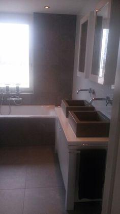 Mijn prachtig nieuwe witte badmeubel, landelijke stijl. Grijs / taupe kleurige Betonnen wasbakken en twee spiegelkasten.