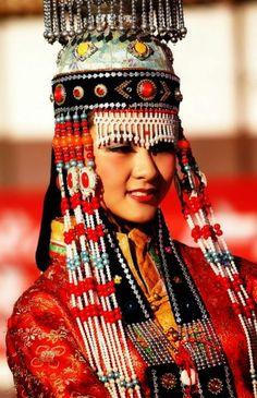 Targutlar, Turan halklarının Altay kolundandır. Toplam nüfusları 200 bin dolayındadır. Bunun 150 bini Doğu Türkistan'da, 15 bini ise Moğolistan'ın Hovd aymağında yaşamaktadır. Targutların kökenine ilişkin farklı görüşler bulunmaktadır. Moğollar Targutları has Moğol olarak kabul etmezler. Onlara göre Targutlar Türkleşmiş Moğollardır.