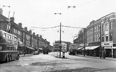 King Street Twickenham 1955 - trolleybus replacement for the 'Diddler' turned round & waiting to start on route 601 to Tolworth via Kingston. Richmond Upon Thames, Kingston Upon Thames, Old London, West London, Great Photos, Old Photos, English Love, St Margaret, Historical Images
