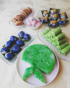 A Tok Panjang, or long dinner table, of Nyonya kuehs.  #tokpanjang #kuehmueh #nyonyakueh #kuehkoci #abokabok #sago #kuehdadar #kuehketayap #pulutinti #apambalik #ondehondeh #baba #babanyonya #peranakan #peranakanfood #malaysianfood #nyonyafood #nyonya #nyonyacuisine #nyonyacooking #nyonyarecipe #malaysia #malaysianfood #straitschinese #malacca #melaka #singapore #heritage #heritagefood #peranakanculture #babanyonyaperanakans Apam Balik, Peranakan Food, Nyonya Food, Malaysian Food, Dinner Table, Avocado Toast, Singapore, Breakfast, Ethnic Recipes