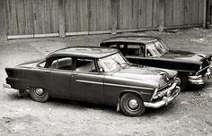 Kaksi poliisin -mahdollisesti suojelupoliisin- komeata siviiliautoa. DeSoto Diplomat ja Ford Mainline, molemmat vuodelta -56. Lokasuojan pieni merkki kavaltaa, että ainakin Fordissa on voimamoottori.