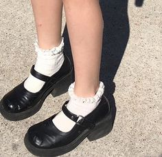Style Indie, Style Grunge, Soft Grunge, My Style, Pretty Shoes, Cute Shoes, Me Too Shoes, Dr. Martens, Aesthetic Shoes